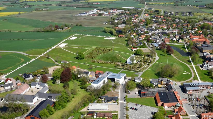 View over Jelling showing the outline of the shipsetting, the palisade and the Romanesque church © Aarhus Cemenetfabrik