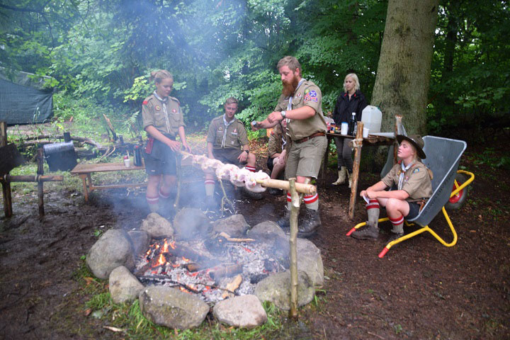 Kong Hardeknud Scouts roasting chicken in the medieval manner © Konghardeknudspejdere.dk